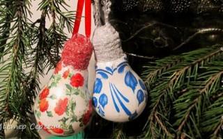Новогодние игрушки из лампочек декупаж
