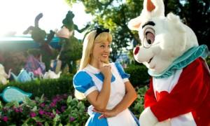 Костюм Алисы в Стране Чудес своими руками для тематической вечеринки или праздника